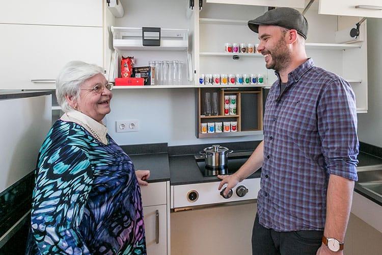 Projektteilnehmer stellt Assistenzsysteme in der Küche vor.