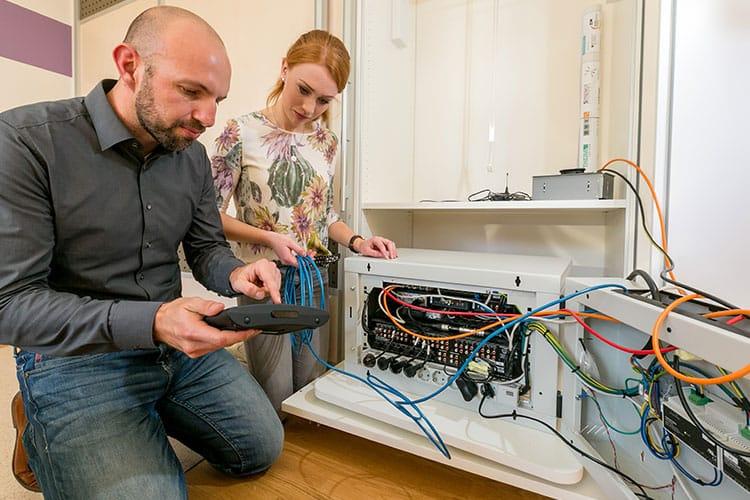 Projektteilnehmer der Fakultäten arbeiten an den Systemen.
