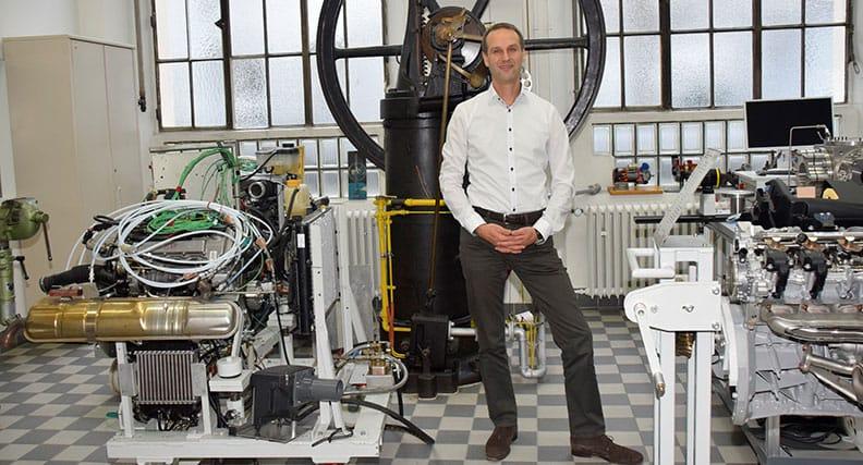 Dr. Andreas Paa im Labor für Verbrennungsmotoren an der Hochschule Esslingen.