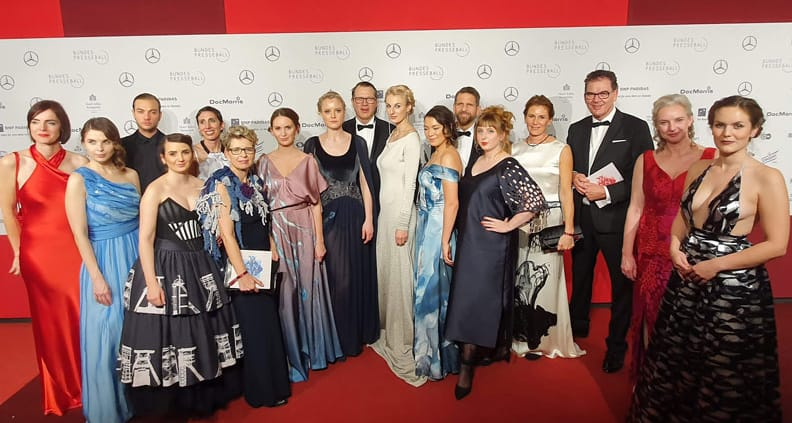 Die Delegation des Fachbereichs Textil- und Bekleidungstechnik mit Ute Welty im Siegerkleid (2. von rechts)