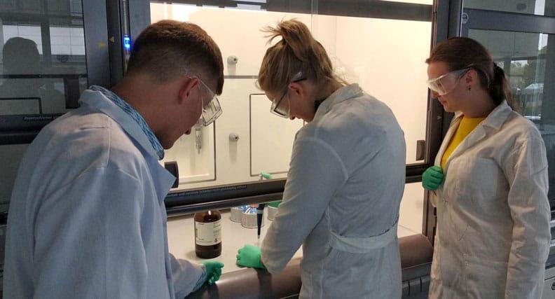 Herman Novik, von der Hochschule Rhein-Waal, Dr. Aiva Simaite und Natalia Andrieica, beide von dem Unternehmen InoCure als Mitglied des Projekts, bei der Herstellung von Chemieansätzen für neue Hybridfasern im Elektrospinninglabor der Hochschule Rhein-Waal