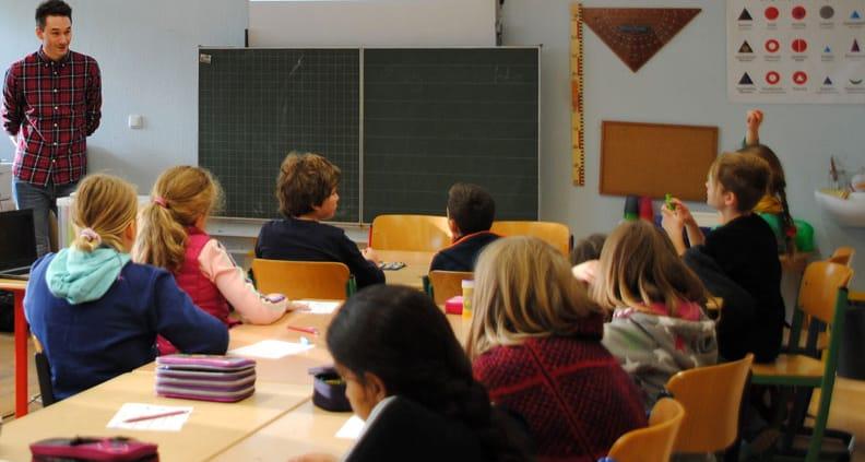 Niclas Küppers vom Studiengang Medien- und Kommunikationsinformatik mit Schülerinnen und Schülern der Friedensreich-Hundertwasserschule
