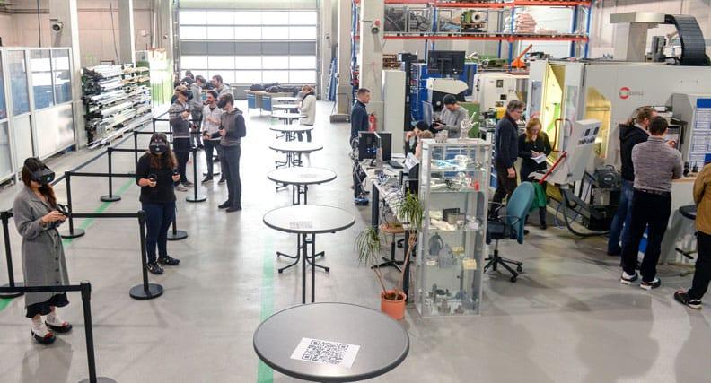 Studierende testen virtuelle Anlagen auf einer Veranstaltung der Hochschule Ruhr-West.