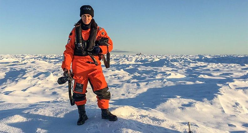 Fotografin und Bildredakteurin Esther Horvath inmitten der Arktis.