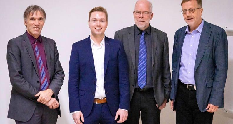 Nach der Verteidigung der Doktorarbeit (v.li.): Prof. Dr. Thomas Luhmann (Betreuer von der Jade Hochschule), Niklas Conen (Doktorand), Prof. Dr. Hans-Gerd Maas (Doktorvater) und Prof. Dr. Lambert Wanninger (Vorsitzender der Promotionskommission).