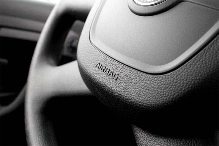Lenkrad mit Airbag.