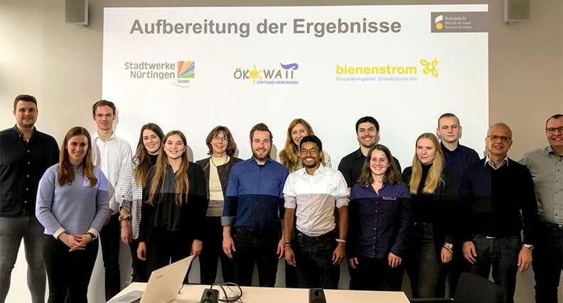 Die Studierenden mit Prof. Dr. Iris Ramme (6.v.l.) und MitarbeiterInnen der Stadtwerke nach der Vorstellung der Markstudie zu alternativen Stromprodukten.