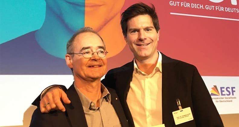 """Die HfWU-Professoren Dr. Christian Arndt und Dr. Erskin Blunck (r.) bei der Preisverleihung für """"Zukunft.Gründen"""" in Berlin"""