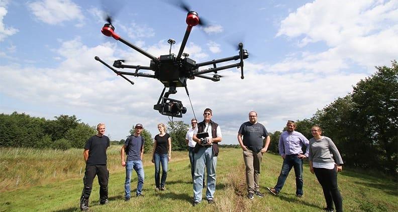 Drohnen sind in der Messtechnik mittlerweile oft im Einsatz. Bei einer Messübung nutzten auch Studierende der Jade Hochschule eine Kameradrohne, deren Luftbilder die Messdaten ergänzen.