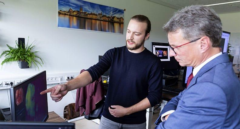 Doktorand Robert Mendel (links) mit Bernd Sibler, Staatsminister für Wissenschaft und Kunst, im September 2019, im Labor von Prof. Dr. Christoph Palm an der OTH Regensburg.