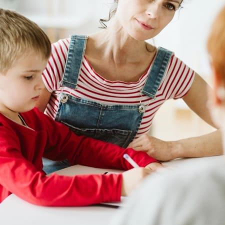 Mutter mit ihrem Kind in Lernsituation.