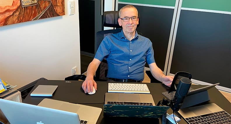 Professor Dr. Werner Heister mit Equipment im Homeoffice.