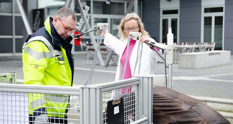 Prof. Dr. Karin Mittmann hilft beim Einladen der EKG-Geräte auf dem Steinfurter Campus.