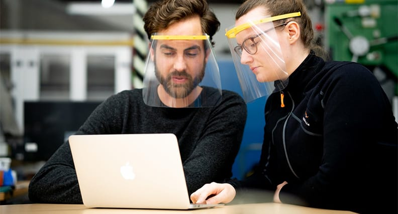 Studierende tragen das Faceshield by Protection Impuls.