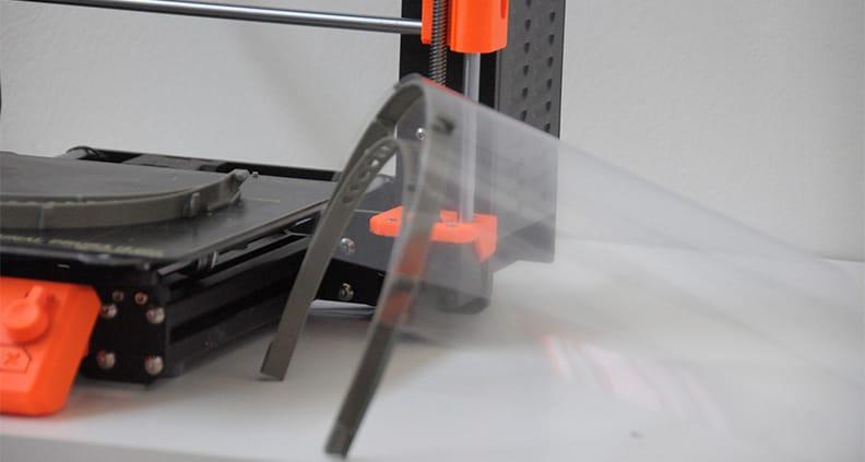 Die Kunststoffvisiere aus dem 3D-Drucker sollen verhindern, dass Viren über die Augenschleimhaut in den Körper gelangen.