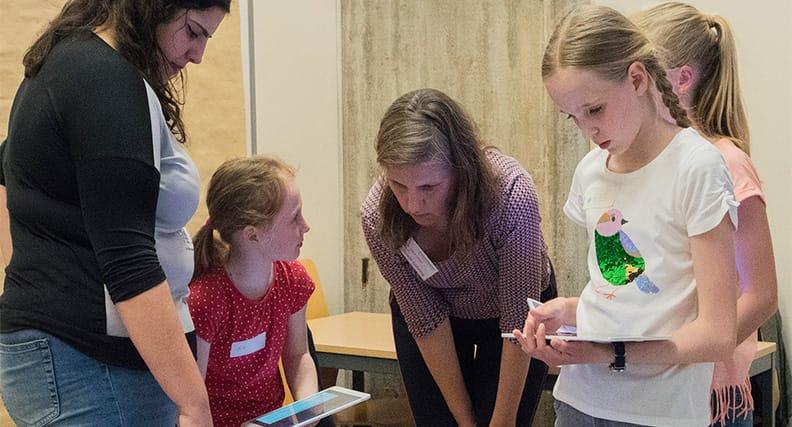 Projektleiterin Prof. Dr. Gabriele Gühring (Bildmitte) mit einer Studentin und Schülerinnen.