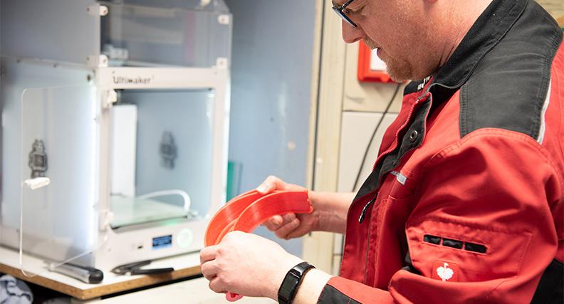 Dirk Schildwächter, Mitarbeiter in der Zentralwerkstatt auf dem Steinfurter Campus, hat gerade eine fertige Halterung aus dem 3D-Drucker geholt.