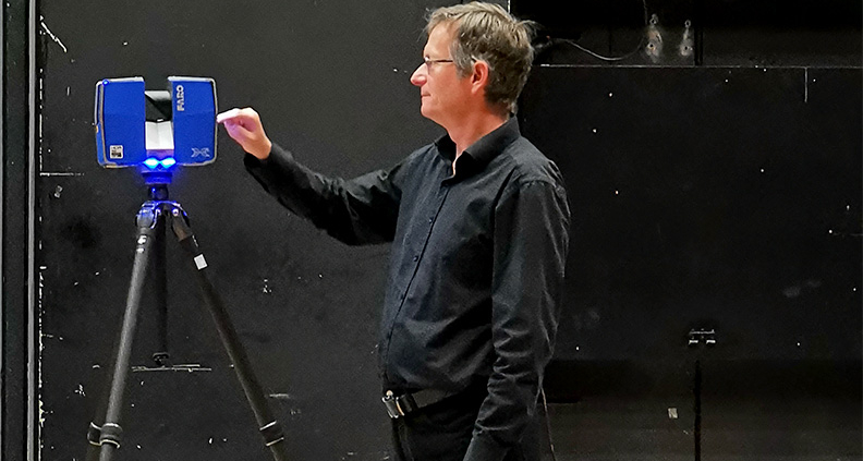 Mit dem 3-D-Scanner vermisst Olaf Huth das English Theatre Frankfurt.