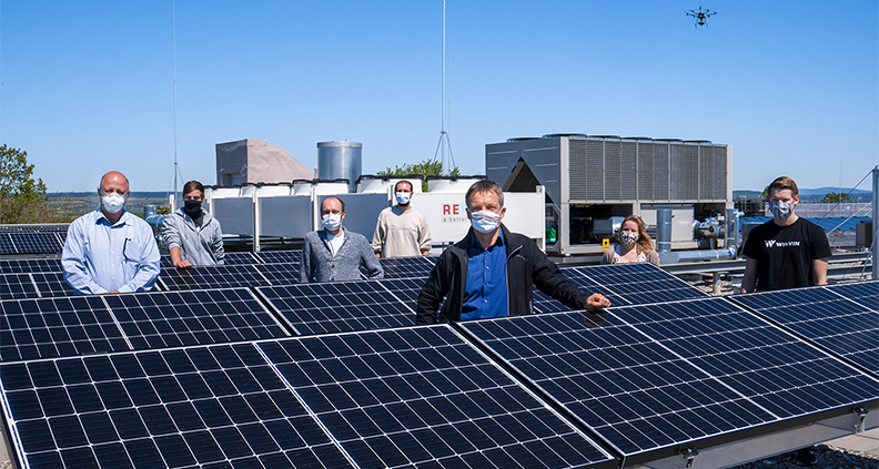 Die Hochschule Coburg hat eine neue Photovoltaik-Anlage, die von Studierenden der Elektrotechnik zu Forschungszwecken genutzt wird.