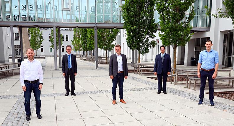 Hochschulpräsident Prof. Dr. Fritz Pörnbacher (Zweiter von links) und Mentor Prof. Dr. Abdelmajid Khelil (Zweiter von rechts) gratulierten den erfolgreichen Gründungsstipendiaten (von links) Johannes Fürst, Dr. Mathias Michalicki und Stefan Blöchl zu ihrer Start-up-Idee.