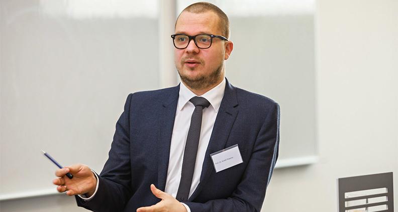 Prof. Dr. André Posenau koordiniert den virtuellen Studieninfotag Pflege der hsg Bochum, der am 12. Mai 2020 stattfinden wird.