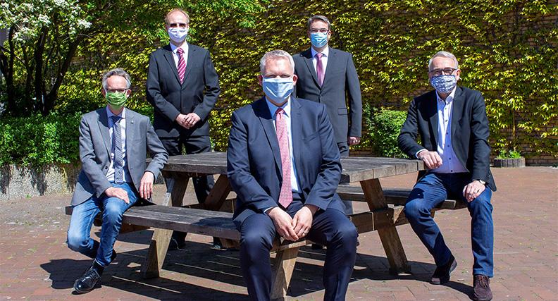 Prof. Dr. Jens Wellhausen, Prof. Dr. Jens Werner, Wissenschaftsminister Björn Thümler, Dr. Thorsten Schrader, Hochschulpräsident Prof. Dr. Manfred Weisensee (v.l.n.r.)