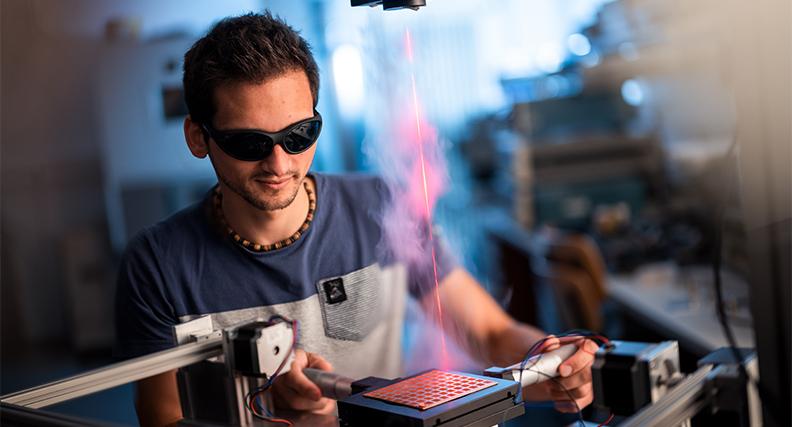 Forschungsprojekt der THM befasst sich mit unerwünschten Spiegelungen bei optischen Instrumenten.