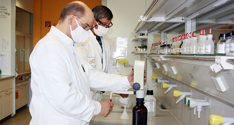 Ralf Koslik (links) und Bernd Csacsko stellen das benötigte Desinfektionsmittel selbst her.