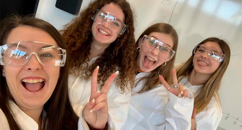Gute Stimmung gehörte bei den Teilnehmerinnen des ersten Hessen Technikums im Labor ebenso dazu wie eine vorschriftsmäßige Ausrüstung.