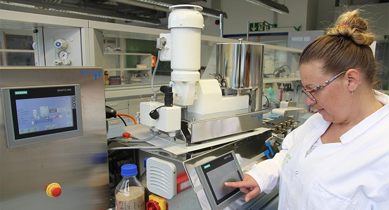 In einem Extruder stellt die Wissenschaftliche Mitarbeiterin Mona Weber das Filament als Ausgangsmaterial für den 3D-Druck der Nagelplatten her. Die Zusammensetzung lässt sich variieren.