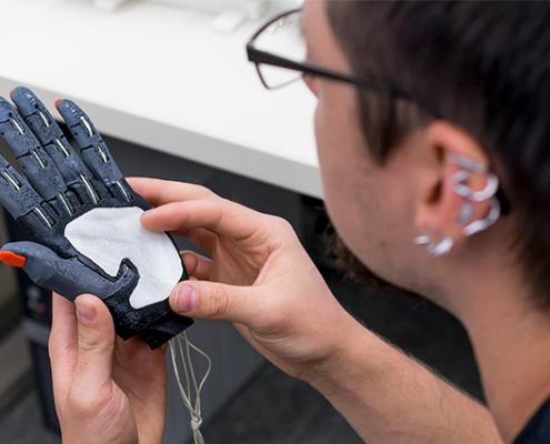 Hochschule Coburg entwickelt eine Handprothese im 3D-Druckverfahren.