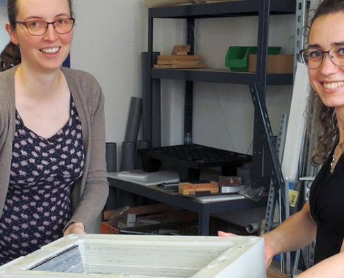 Saskia Dinter und Christina Zugschwert (v.l.) forschen am TZE der Hochschule Landshut an zukünftigen Energiespeichern.