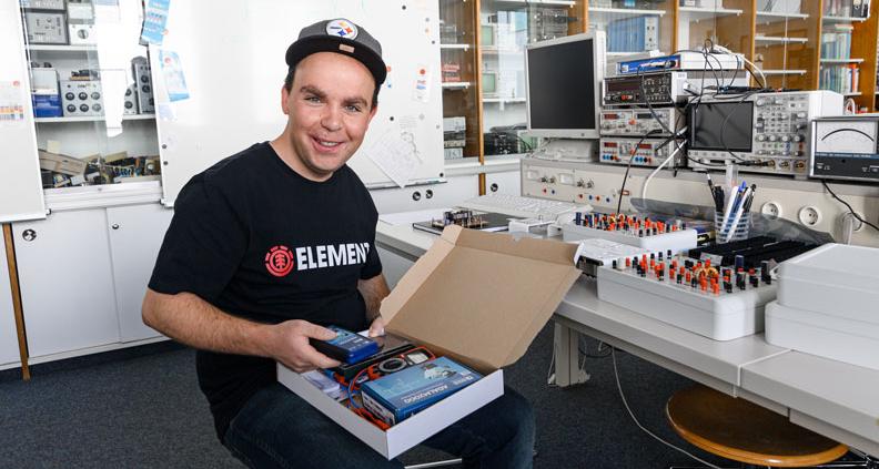 Experimente to go: Studierendenvertreter Michael Fröhlich schaut die tragbare Experimentierplattform für Elektrotechniker an.