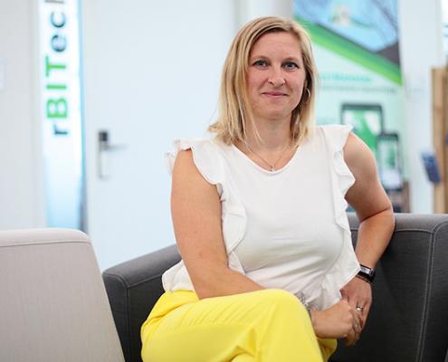 Melanie Bachinger im Büro ihres IT-StartUps rBITech, gegenüber der OTH Regensburg. Bachinger ist Wirtschaftsinformatik-Absolventin der OTH Regensburg.