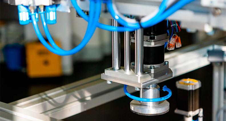 """Fünf duale Elektrotechnik-Studierende haben in ihrem Projekt den sogenannten """"digitalen Zwilling"""" einer Abfüllstation nachgebaut und damit deren virtuelle Inbetriebnahme realisiert."""