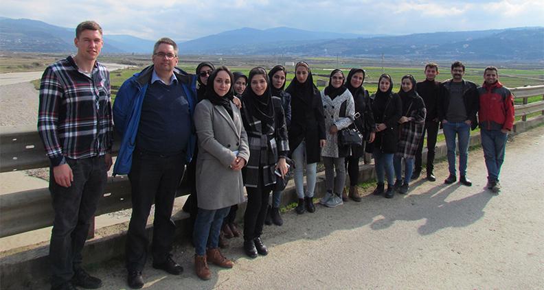Prof. Dr. Klaus Röttcher (2. von links) mit iranischen Studierenden und einem deutschen Austauschstudenten im Iran bei der Besichtigung des Tajan Flusses in Norden Irans.