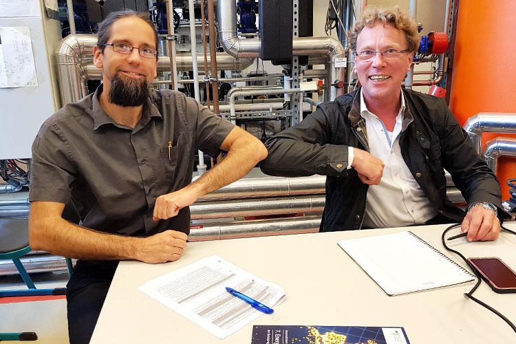 Der Leiter des IRES, Prof. Johannes Gulden, und Kooperationspartner Christian Schweitzer, Geschäftsführer der bse Engineering Leipzig GmbH, freuen sich über die gelungene Methanol-Synthese.