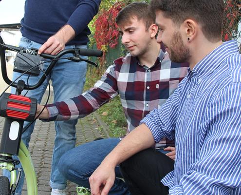 Die Friedberger Masterstudenten Dominik Preußner, Zuhret Bajrami und Julien Ulm (von links) rüsten einen Tretroller nach.
