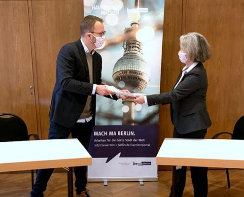 Übergabe des Kooperationsvertrags für den neuen Studiengang.