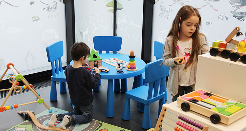 In Eltern-Kind-Zimmern können Beschäftigte und Studierende der THM bei einer ausgefallenen Betreuung ihre Kinder während der Arbeit oder des Lernens beaufsichtigen.