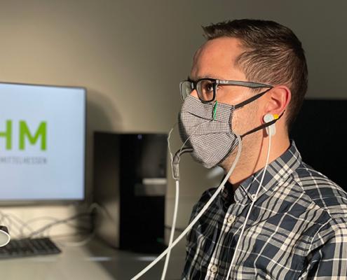 Niklas Ostwald vom Fachbereich Gesundheit der THM ist einer der Probanden beim Test, ob Mund-Nasen-Masken die Atmung behindern.