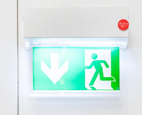 Statische Fluchtwegschilder zeigen den kürzesten Weg nach draußen, leider auch, wenn dieser zur Brandquelle führt oder blockiert ist.