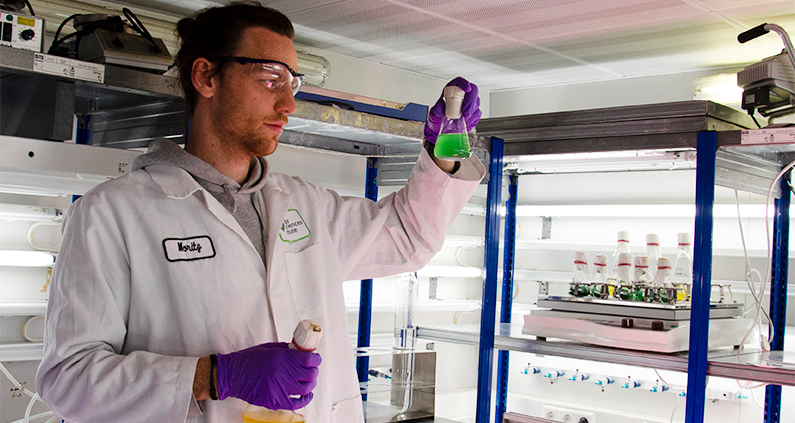 FH-Absolvent Dr. Moritz Koch entwickelt nachhaltigen Biokunststoff.
