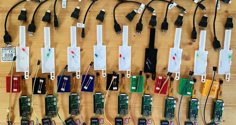 Materialien für den Workshop. Die Geräte stehen nun in den Schulen zur Verfügung und können dort eingesetzt werden.