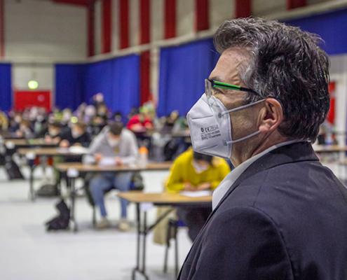 THM-Präsident Prof. Matthias Willems macht sich am Montag während einer Klausur des Fachbereichs Wirtschaft in den Gießener Hessenhallen ein Bild vom Hygienekonzept der Hochschule für die Prüfungsphase.