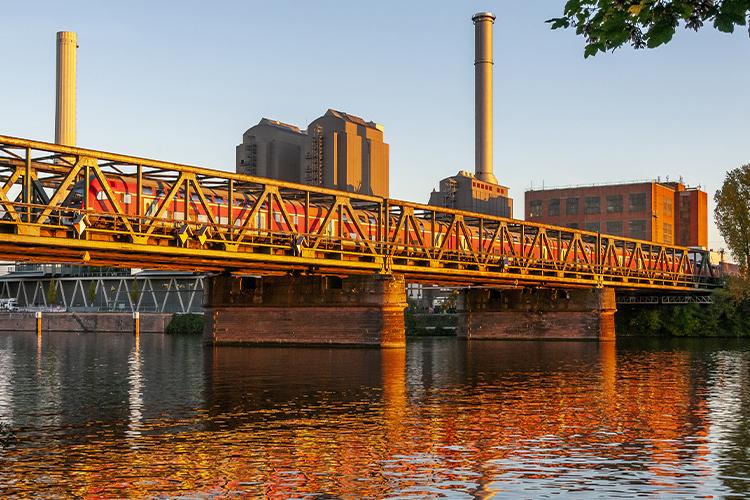 Sicheres Bahnfahren durch neue Brückenkonstruktionen.