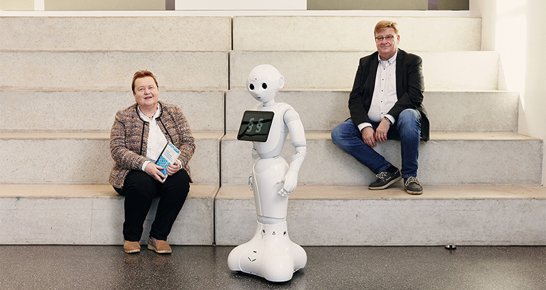 Prof. Dr. Axel Benning vom Fachbereich Wirtschaft und seine inzwischen pensionierte Kollegin Prof. Dr. Brunhilde Steckler sind DIE Experten der FH Bielefeld auf dem Gebiet der juristischen Grundlagenforschung zu KI und Robotik.