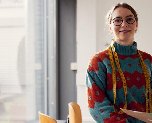 Die 22-jährige Modestudentin Marie Prochatzki hat im Wintersemester 2020/2021 ihren Bachelor in Gestaltung abgeschlossen.