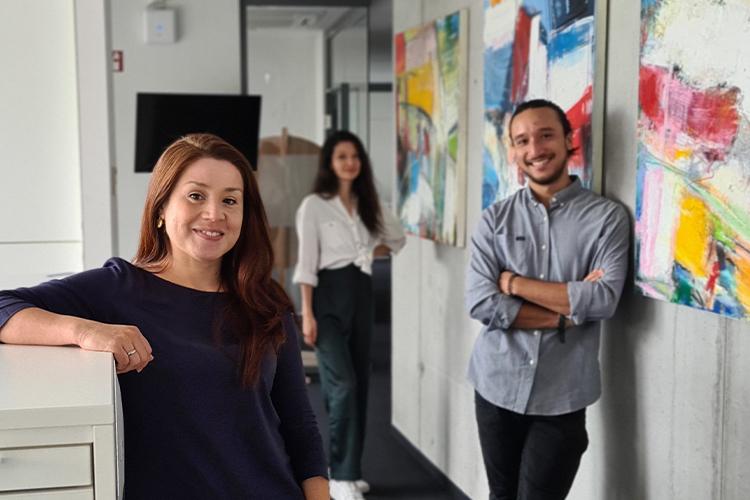 Claudia Umanzor zusammen mit ihrem Organisationsteam Jose und Paula.