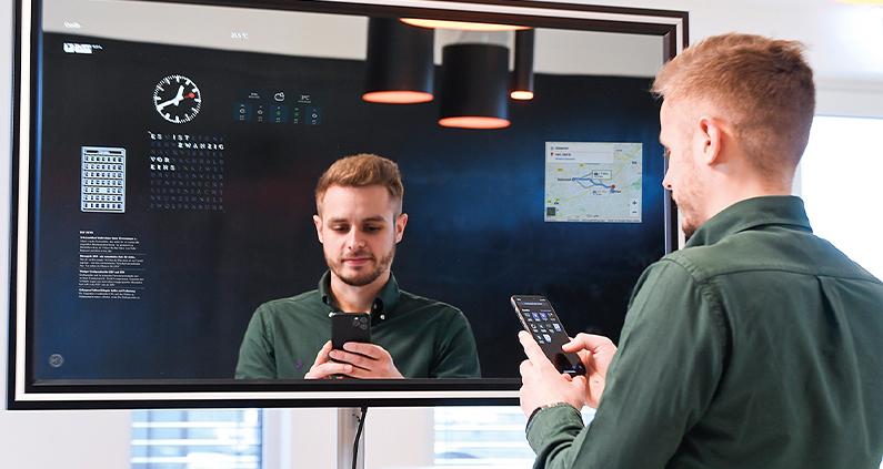 Projektleiter Kai Knispel stellt die Widgets über sein Smartphone ein.